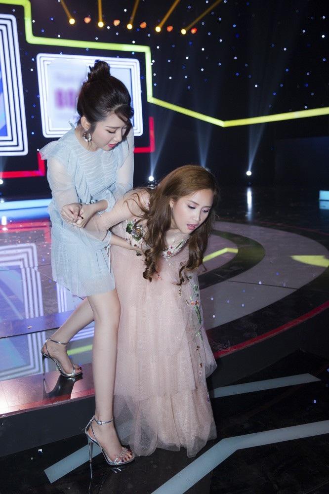"""""""Hân Hoa hậu"""" """"Gạo nếp gạo tẻ"""" đỡ Phương Hằng suýt ngã sấp mặt trên sân khấu - Ảnh 12."""