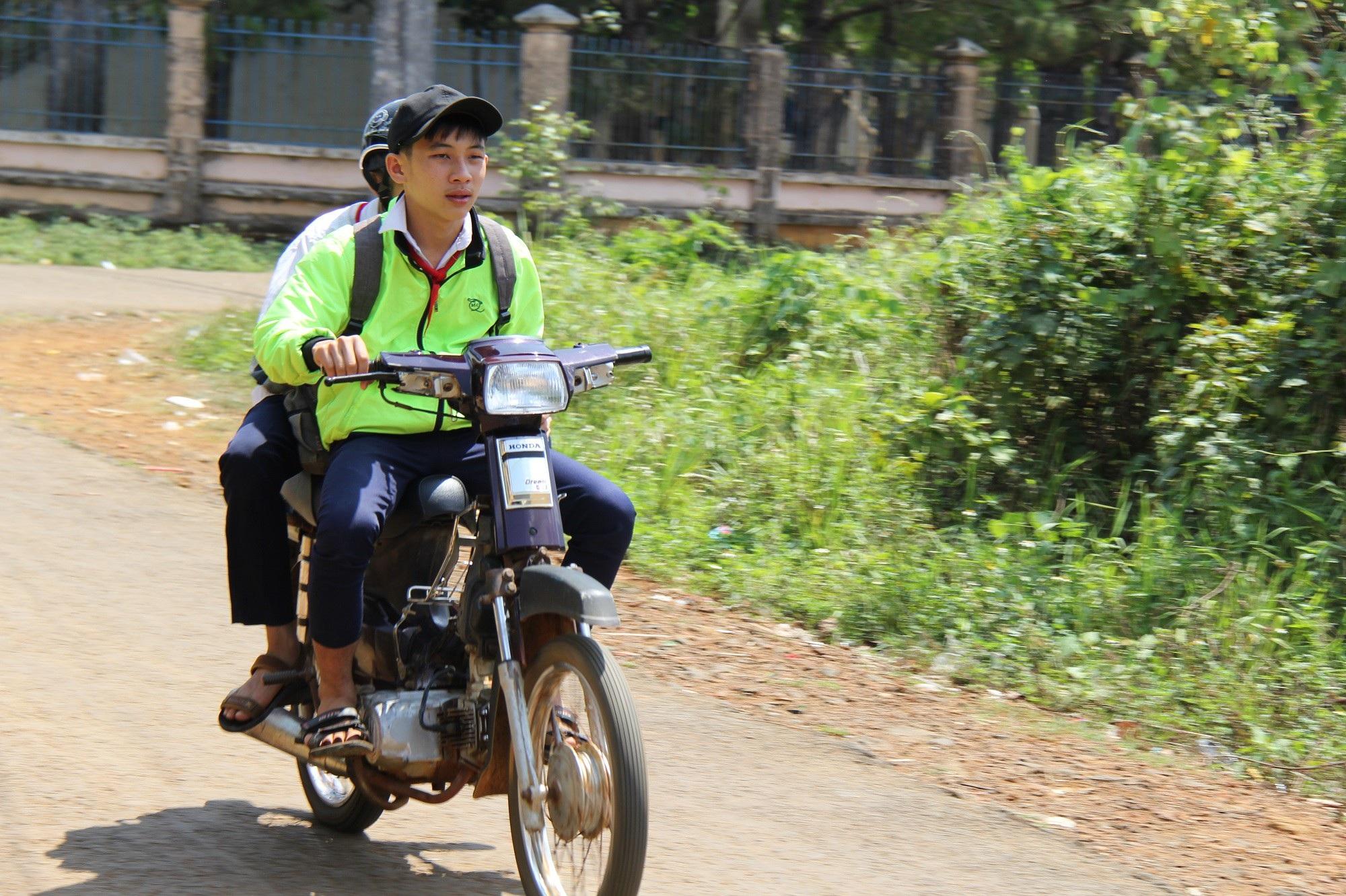 Nhà trường giữ xe, học sinh phổ thông vô tư đi xe máy đến trường ? - Ảnh 1.