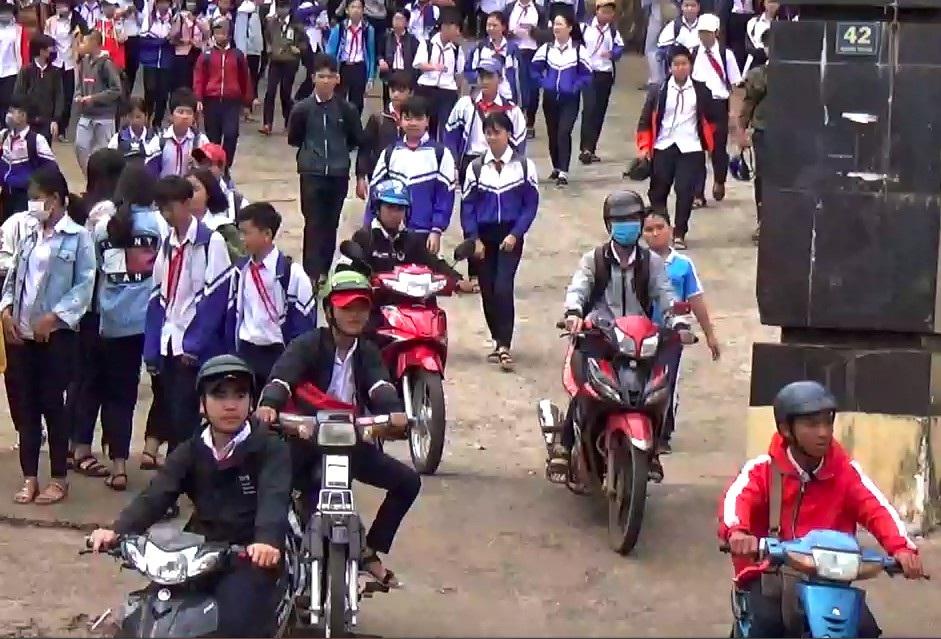 Nhà trường giữ xe, học sinh phổ thông vô tư đi xe máy đến trường ? - Ảnh 2.