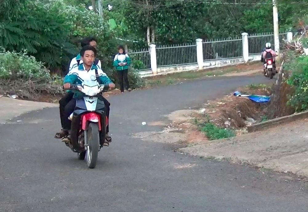 Nhà trường giữ xe, học sinh phổ thông vô tư đi xe máy đến trường ? - Ảnh 4.
