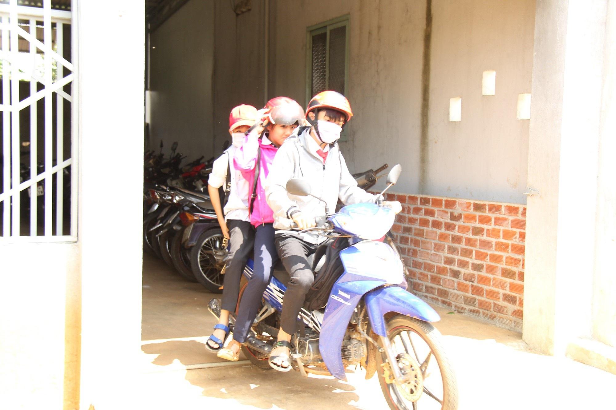 Nhà trường giữ xe, học sinh phổ thông vô tư đi xe máy đến trường ? - Ảnh 5.