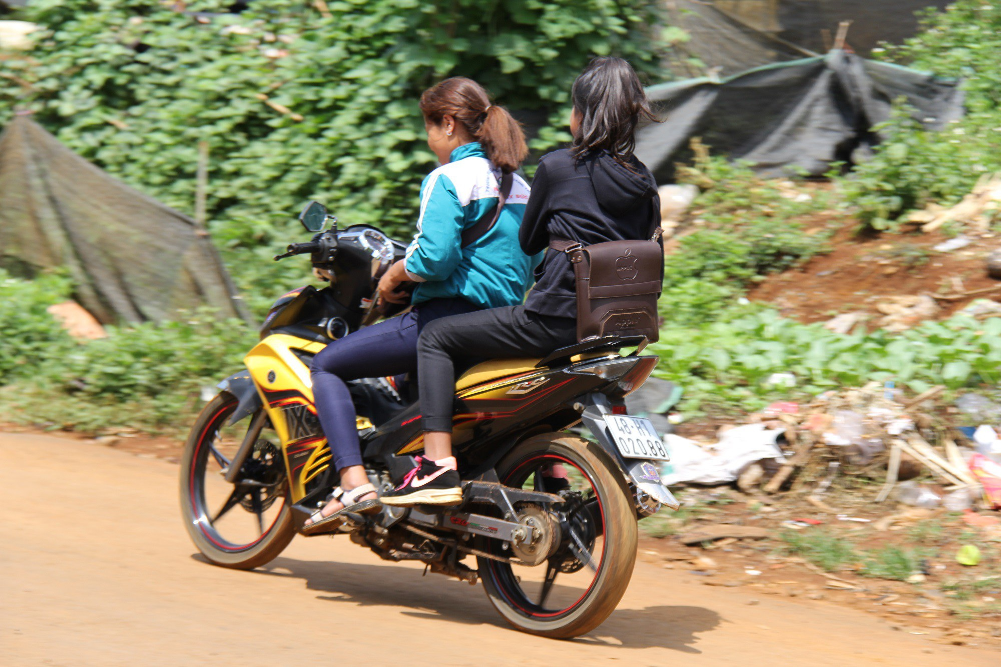 Nhà trường giữ xe, học sinh phổ thông vô tư đi xe máy đến trường ? - Ảnh 3.