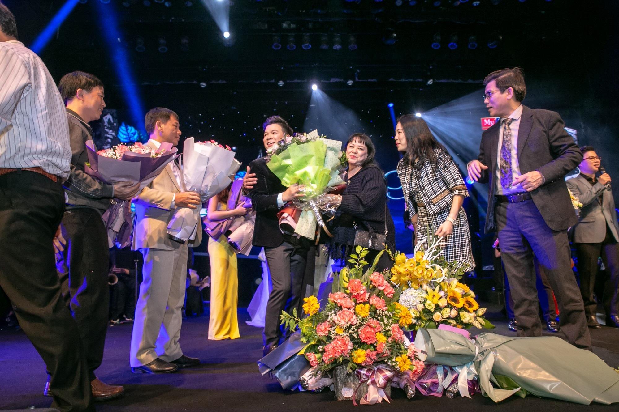 Ca sĩ Vũ Thắng Lợi bật khóc trên sân khấu khi nhắc đến bố mẹ - Ảnh 13.