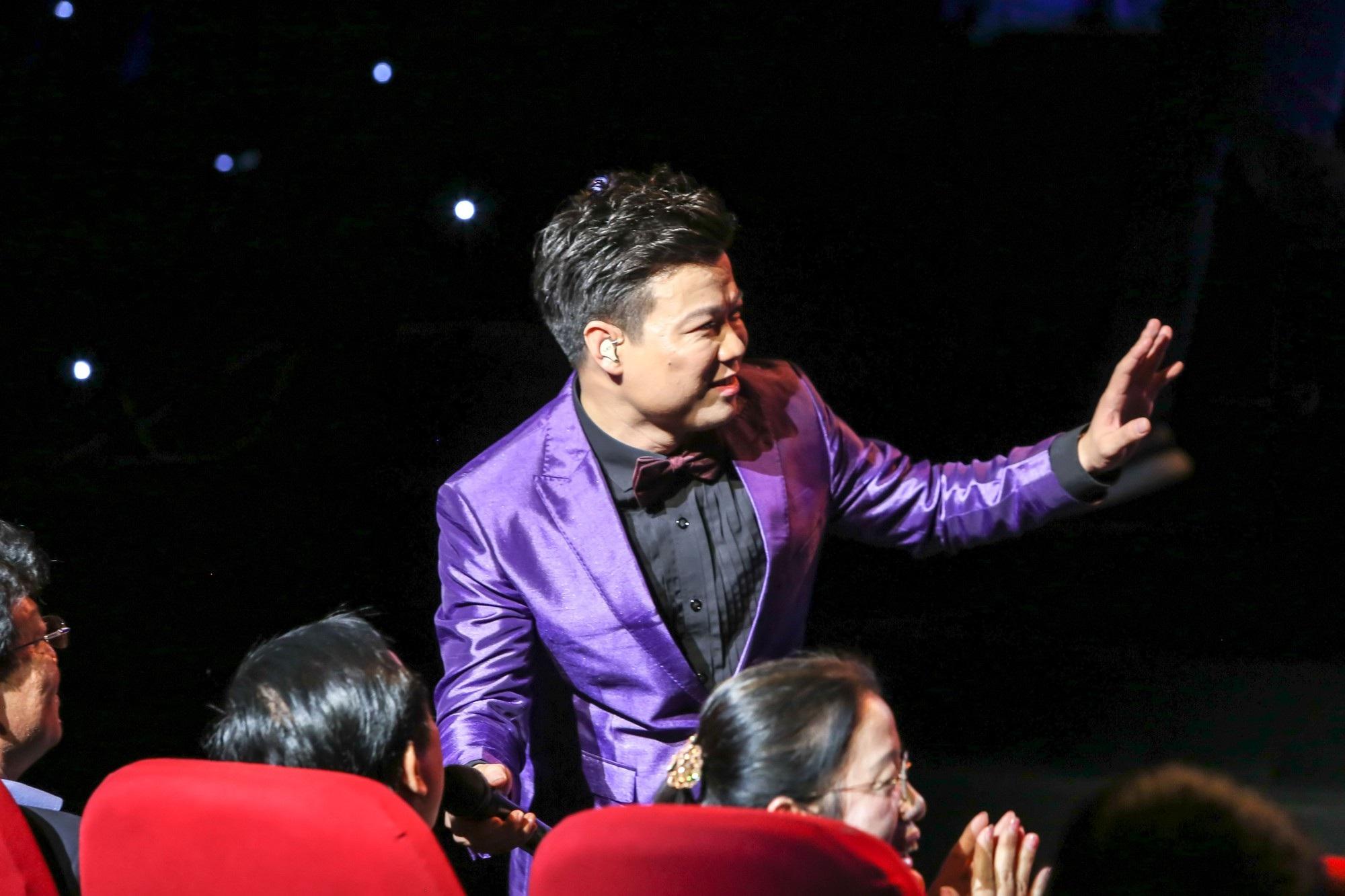 Ca sĩ Vũ Thắng Lợi bật khóc trên sân khấu khi nhắc đến bố mẹ - Ảnh 3.