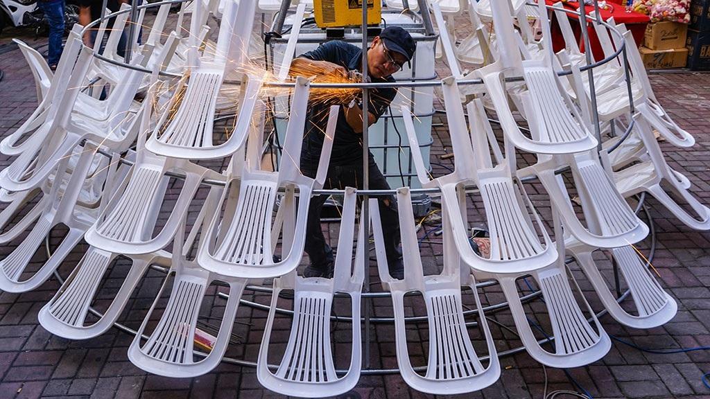 Lạ mắt cây thông làm từ… ghế nhựa - Ảnh 5.