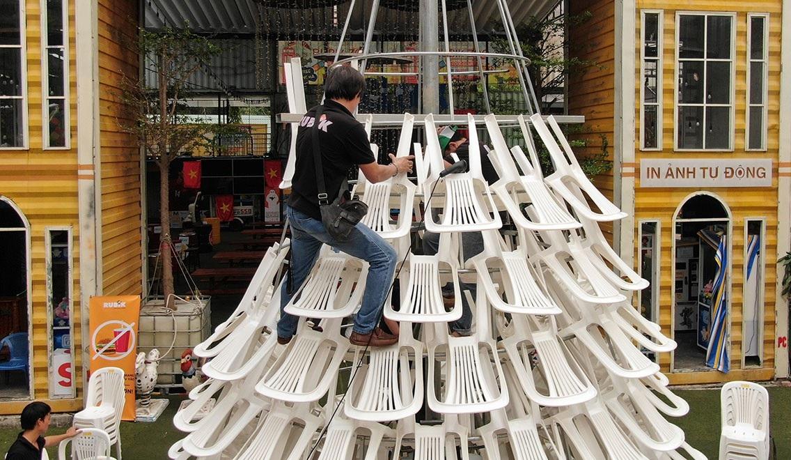 Lạ mắt cây thông làm từ… ghế nhựa - Ảnh 9.