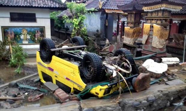 Cảnh tượng tan hoang tại Indonesia sau trận sóng thần khiến 62 người chết - Ảnh 2.