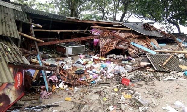 Cảnh tượng tan hoang tại Indonesia sau trận sóng thần khiến 62 người chết - Ảnh 9.