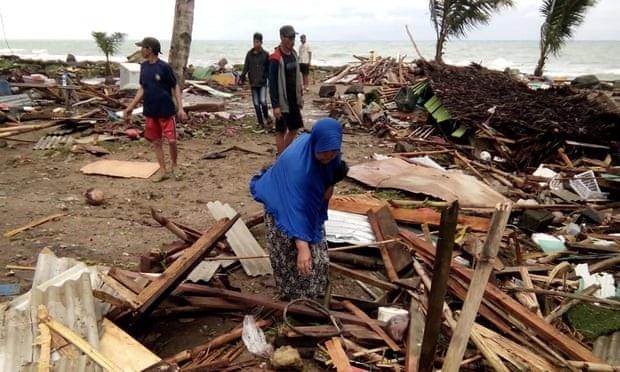 Cảnh tượng tan hoang tại Indonesia sau trận sóng thần khiến 62 người chết - Ảnh 10.