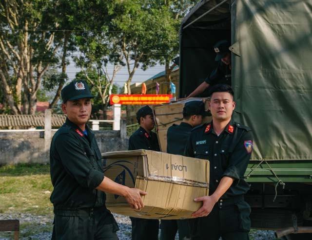 Chiến sĩ trẻ mang đông ấm lên xã nghèo vùng cao - Ảnh 1.