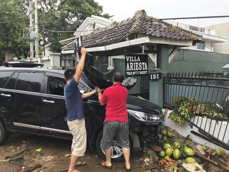 Du khách nghẹn ngào nhớ lại khoảnh khắc sóng thần bất ngờ ập tới Indonesia - Ảnh 3.