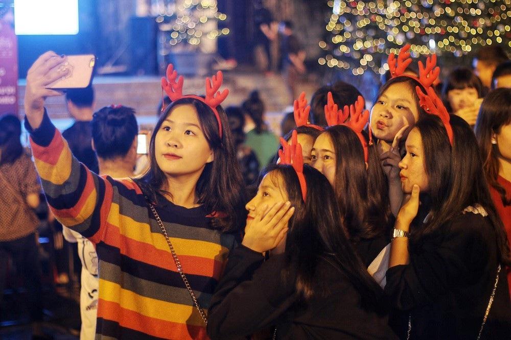 """""""Biển người"""" đổ về đón Noel, nhiều tuyến đường Hà Nội ùn tắc kéo dài - Ảnh 2."""