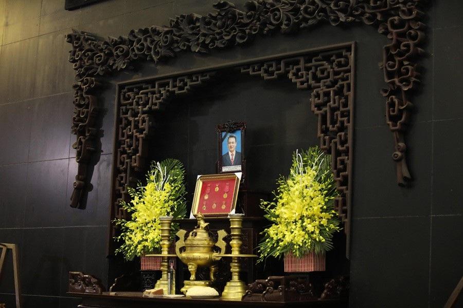 Vợ con NSND Anh Tú khóc nghẹn bên linh cữu trong tang lễ - Ảnh 1.