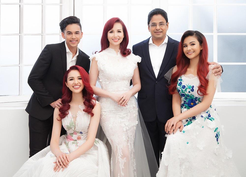 Hoa hậu Diệu Hoa chụp ảnh kỷ niệm 25 năm ngày cưới cùng gia đình - Ảnh 3.