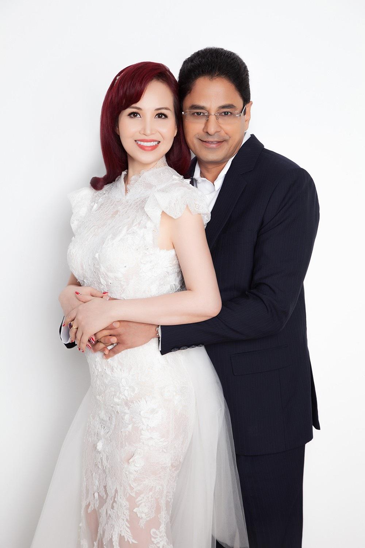Hoa hậu Diệu Hoa chụp ảnh kỷ niệm 25 năm ngày cưới cùng gia đình - Ảnh 1.