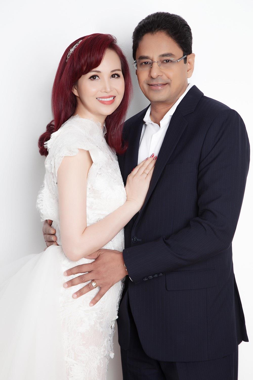 Hoa hậu Diệu Hoa chụp ảnh kỷ niệm 25 năm ngày cưới cùng gia đình - Ảnh 2.