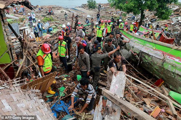 Khoảnh khắc cứu sống bé trai sau 12 giờ mắc kẹt do sóng thần ở Indonesia - Ảnh 3.