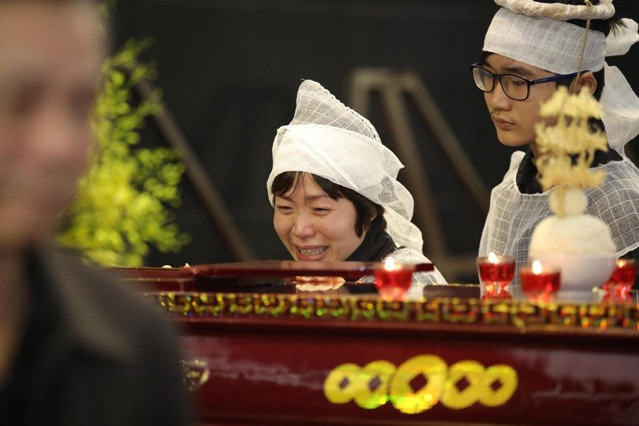 Vợ con NSND Anh Tú khóc nghẹn bên linh cữu trong tang lễ - Ảnh 2.