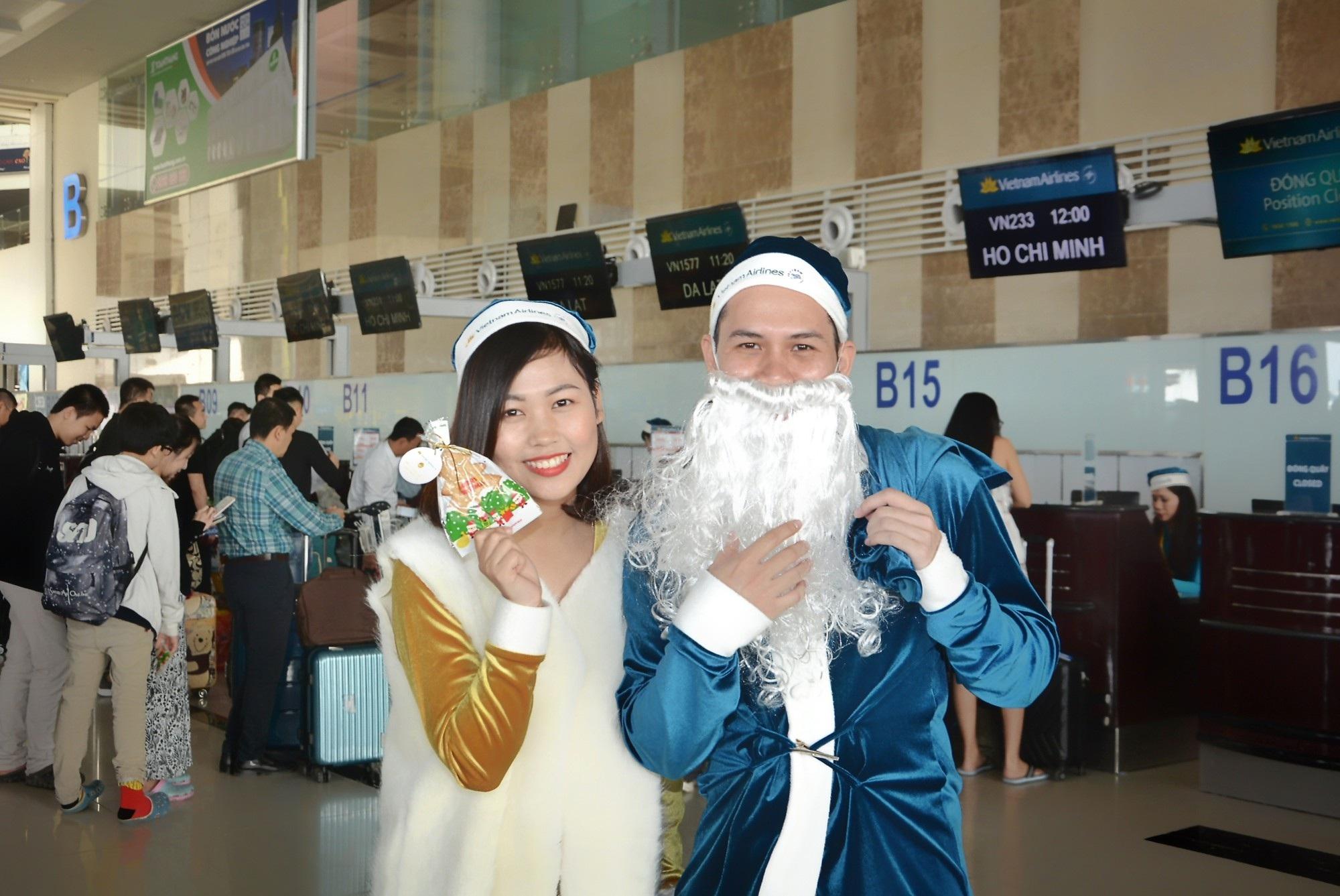 Lạ mắt với hình ảnh ông già, bà già Noel của Vietnam Airlines, Jetstar Pacific - Ảnh 1.