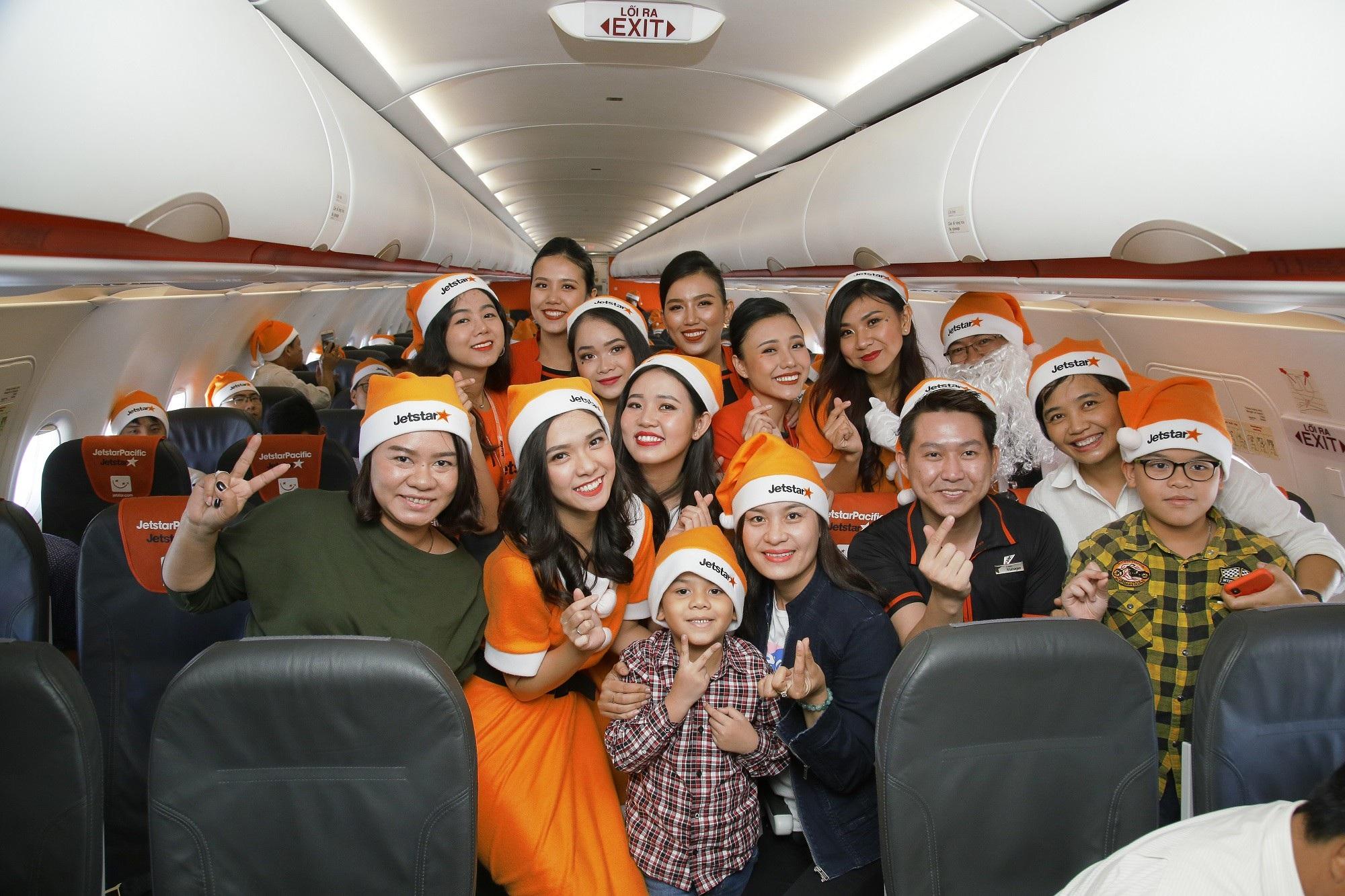 Lạ mắt với hình ảnh ông già, bà già Noel của Vietnam Airlines, Jetstar Pacific - Ảnh 9.