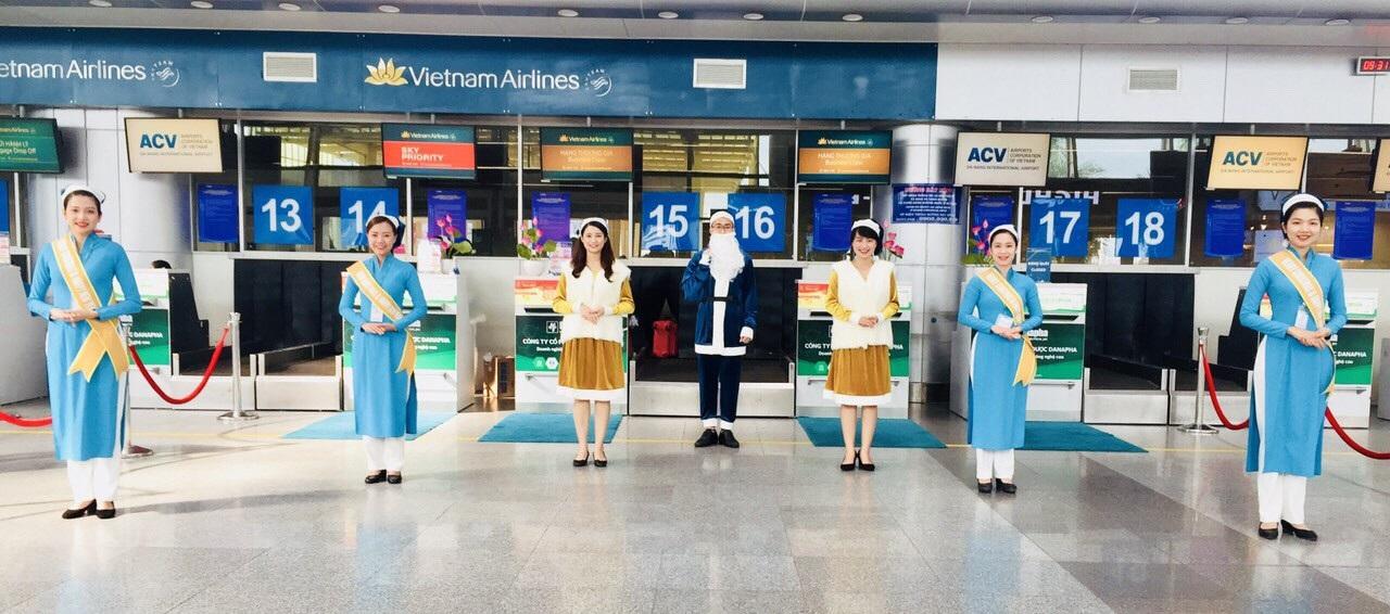 Lạ mắt với hình ảnh ông già, bà già Noel của Vietnam Airlines, Jetstar Pacific - Ảnh 4.