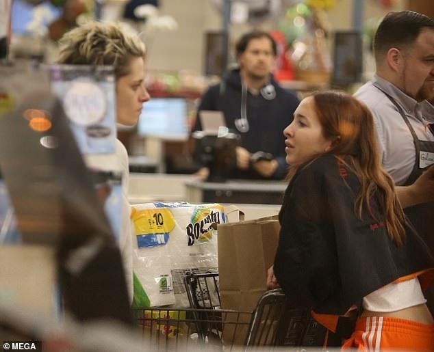 Kristen Stewart quấn quýt bạn gái mới không rời - Ảnh 4.
