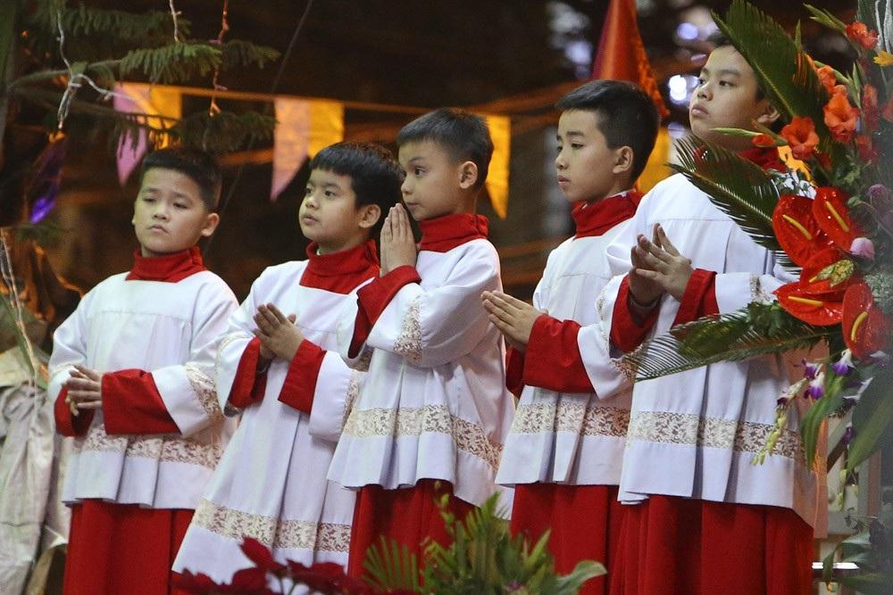 Đêm Giáng sinh lung linh ở ngôi thánh đường trăm tuổi - Ảnh 12.