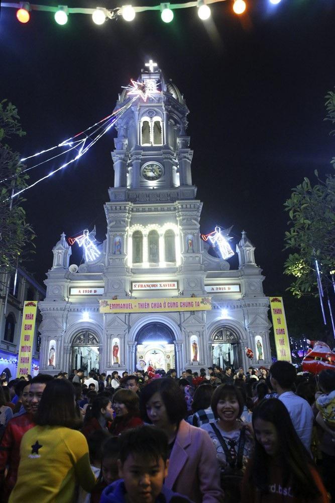 Đêm Giáng sinh lung linh ở ngôi thánh đường trăm tuổi - Ảnh 2.