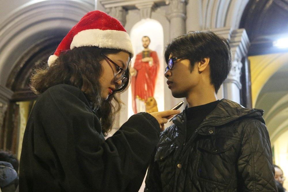 Đêm Giáng sinh lung linh ở ngôi thánh đường trăm tuổi - Ảnh 4.