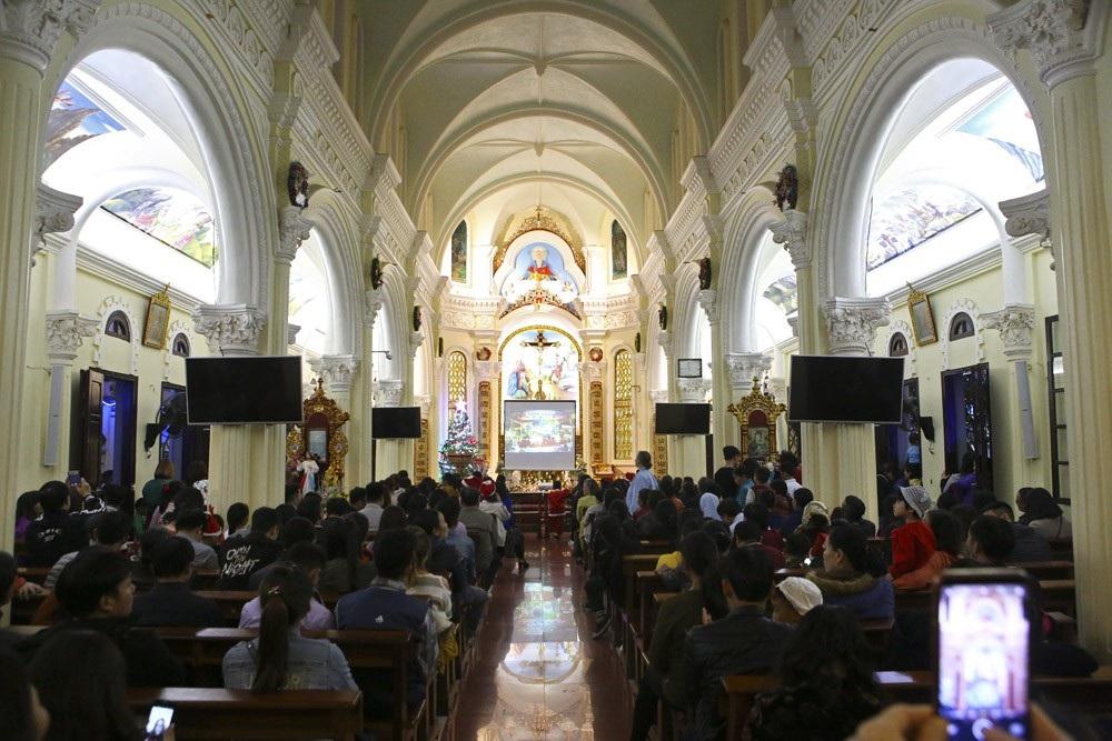 Đêm Giáng sinh lung linh ở ngôi thánh đường trăm tuổi - Ảnh 5.