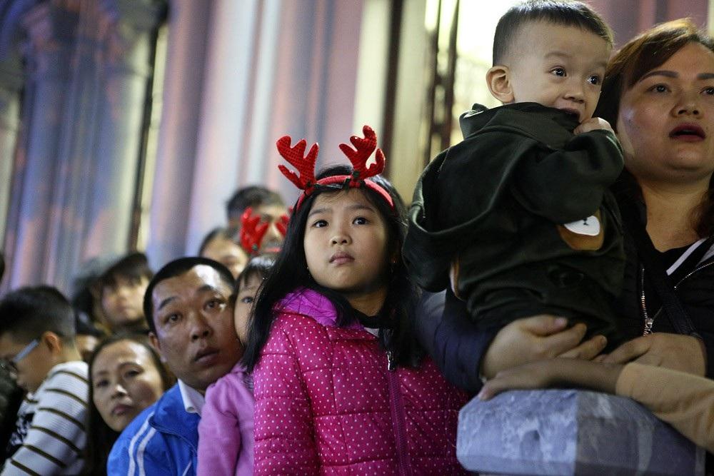 Đêm Giáng sinh lung linh ở ngôi thánh đường trăm tuổi - Ảnh 6.