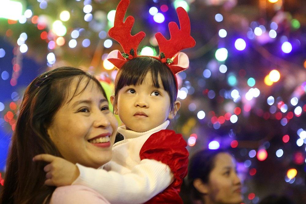 Đêm Giáng sinh lung linh ở ngôi thánh đường trăm tuổi - Ảnh 7.