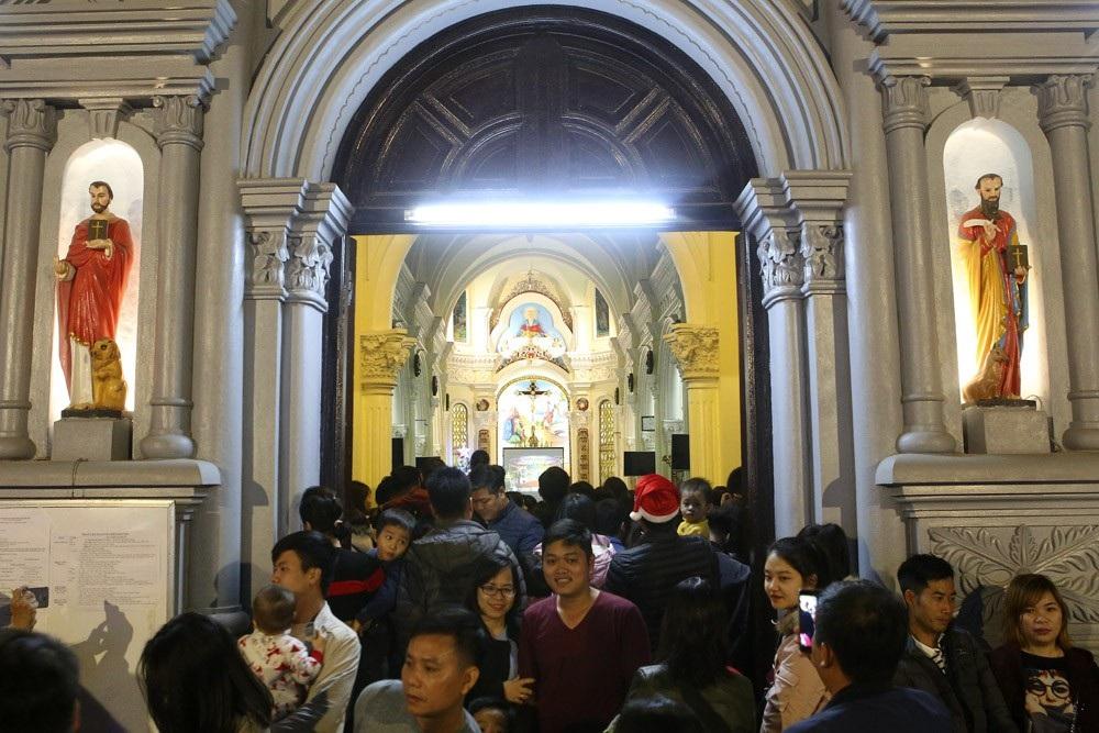 Đêm Giáng sinh lung linh ở ngôi thánh đường trăm tuổi - Ảnh 9.