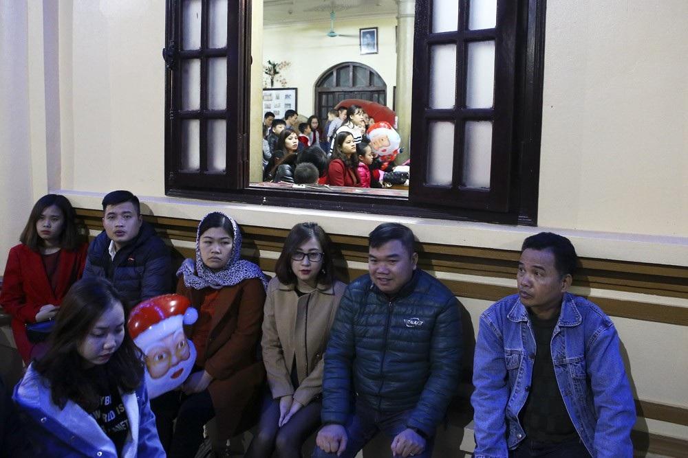 Đêm Giáng sinh lung linh ở ngôi thánh đường trăm tuổi - Ảnh 10.