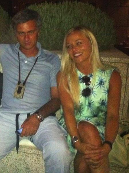 Rời MU, Mourinho lao đao với scandal tình cảm cùng mỹ nhân tóc vàng - Ảnh 1.