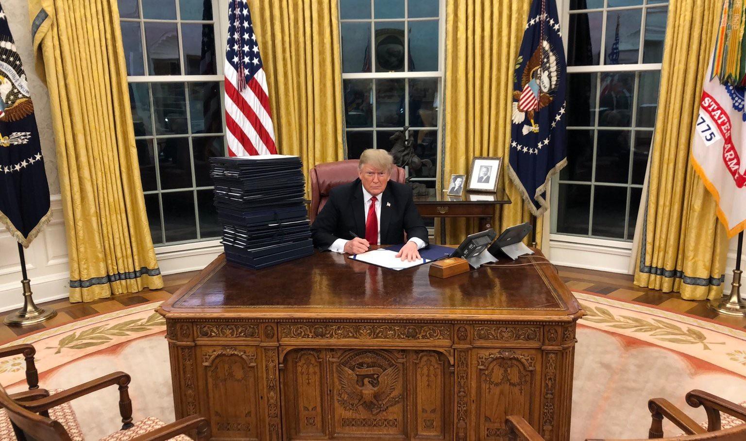 Điểm gây tranh cãi trong bức ảnh Tổng thống Trump ký luật tại Nhà Trắng - Ảnh 1.