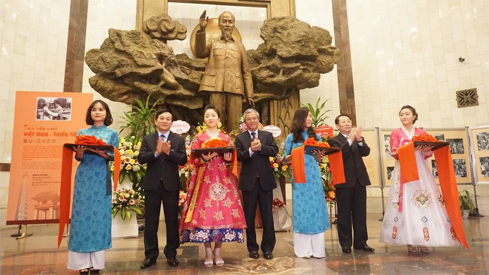 Triển lãm ảnh kỷ niệm 60 năm Chủ tịch Triều Tiên thăm Việt Nam - Ảnh 1.