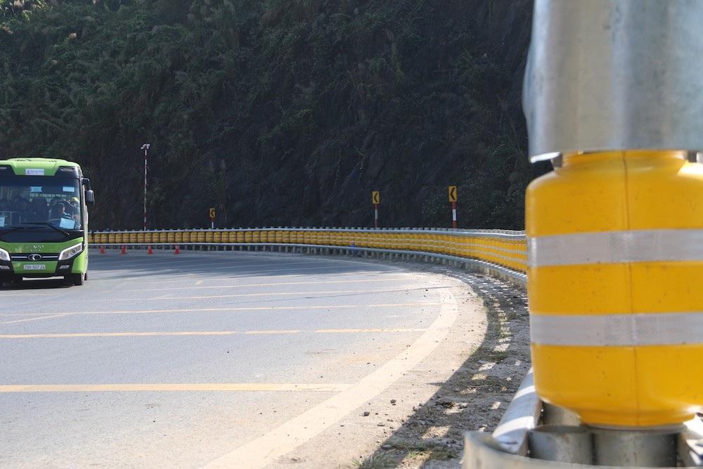 Cận cảnh rào chắn đặc biệt đỡ xe đâm vào vách núi ở Dốc Cun - Ảnh 4.
