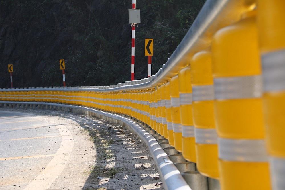 Cận cảnh rào chắn đặc biệt đỡ xe đâm vào vách núi ở Dốc Cun - Ảnh 3.