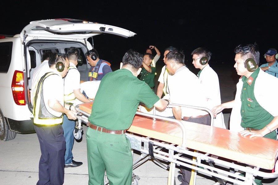 Bác sĩ bay xuyên màn đêm ra đảo cứu người bệnh - Ảnh 3.