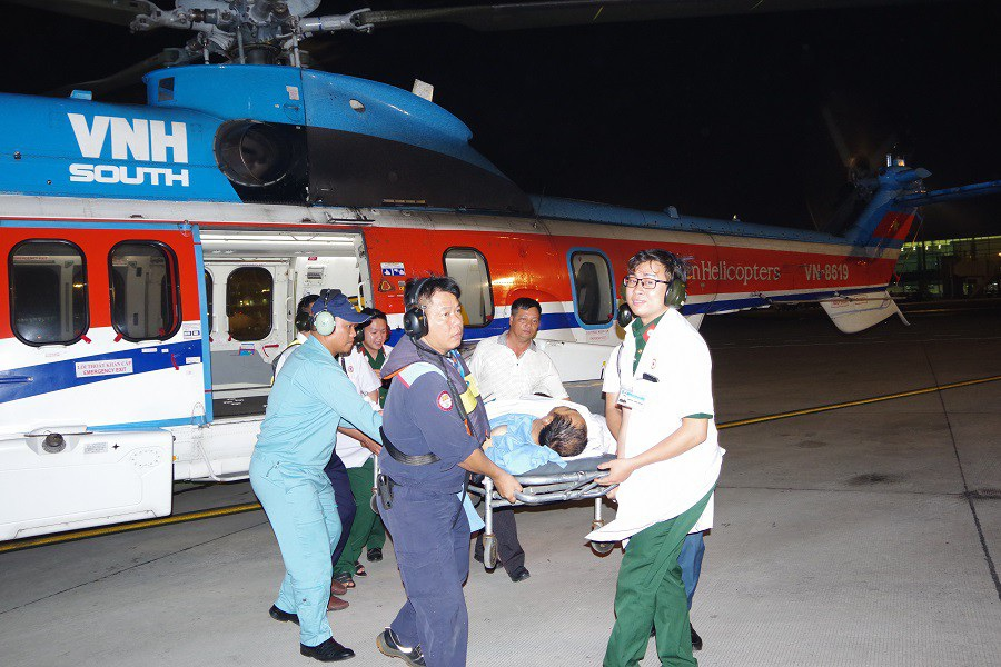 Bác sĩ bay xuyên màn đêm ra đảo cứu người bệnh - Ảnh 2.