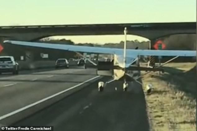 Phi công bất ngờ hạ cánh xuống đường cao tốc rồi … đi vệ sinh - Ảnh 2.