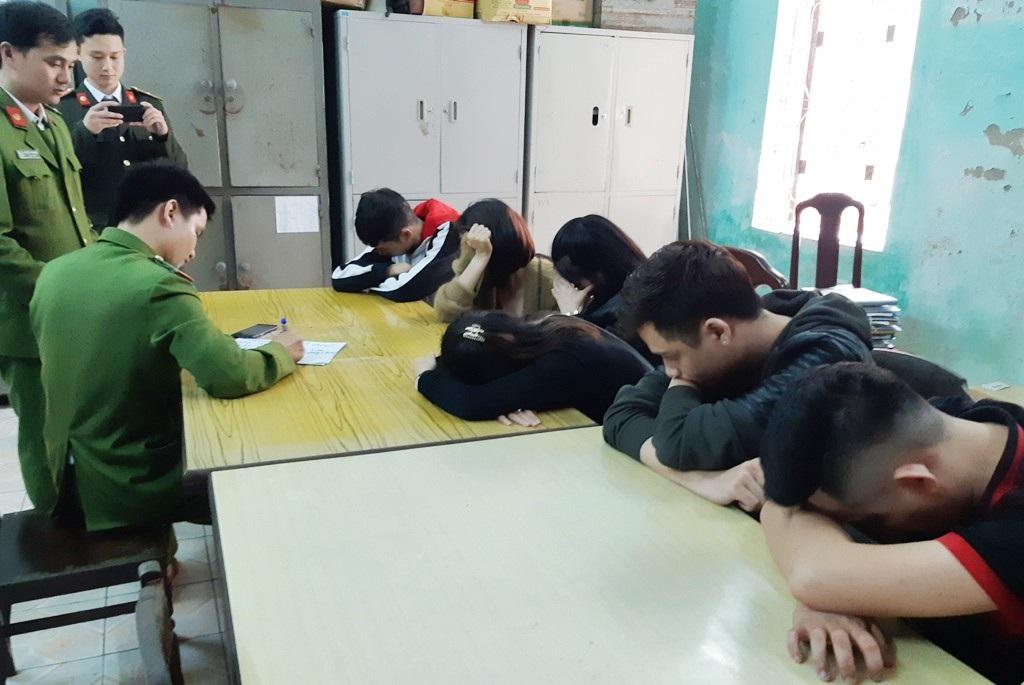 2h sáng, 13 thanh thiếu niên hút ma túy trong tiệm cắt tóc - Ảnh 1.
