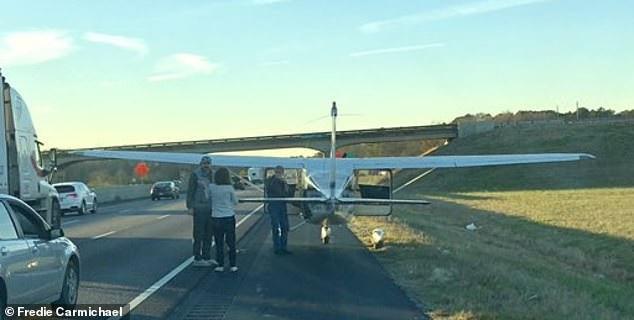 Phi công bất ngờ hạ cánh xuống đường cao tốc rồi … đi vệ sinh - Ảnh 4.