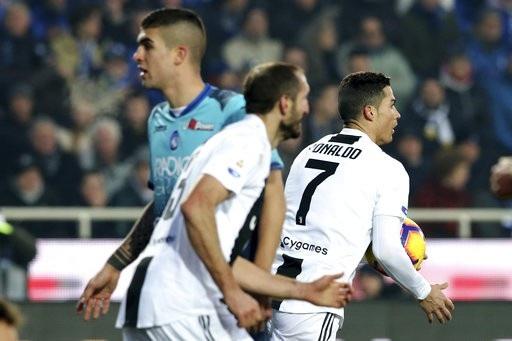 C.Ronaldo sắm vai người hùng, cứu Juventus thoát chết - Ảnh 1.