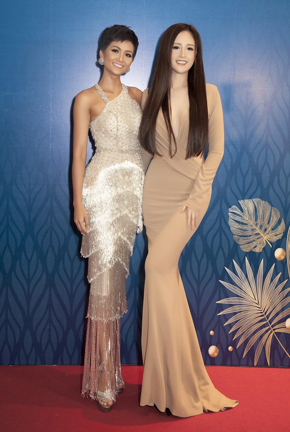 Hoa hậu Mai Phương Thúy thu hút với trang phục cực kỳ táo bạo - Ảnh 1.