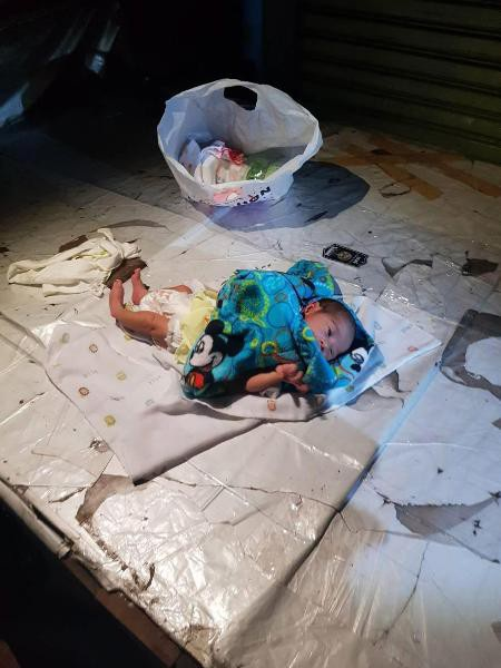 Cha mẹ cãi nhau, bé 2 tuần tuổi bị vứt bỏ giữa chợ Thái Lan  - Ảnh 1.