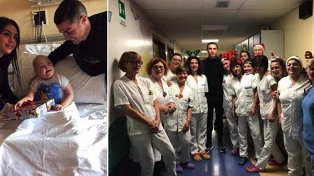 """C.Ronaldo mang """"phép màu năm mới"""" đến với các fans nhí trong bệnh viện - Ảnh 1."""