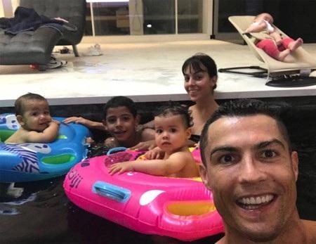 C.Ronaldo đón năm mới với mái ấm ngọt ngào, hạnh phúc - Ảnh 3.