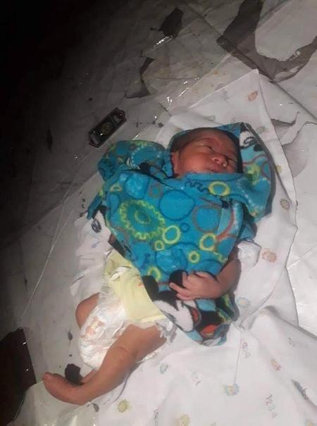 Cha mẹ cãi nhau, bé 2 tuần tuổi bị vứt bỏ giữa chợ Thái Lan  - Ảnh 3.